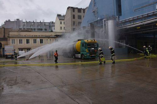 Der Inhalt des Lkw hatte sich gefährlich erwärmt und musste gekühlt werden. APA