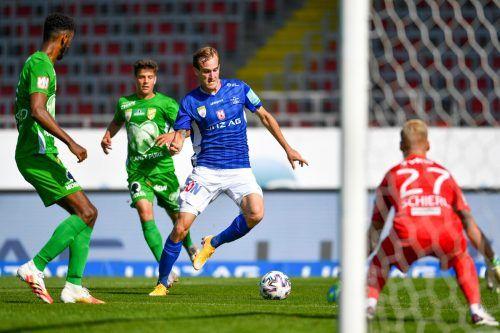Der Linzer Fabian Schubert (blaues Trikot) konnte schalten und walten wie er wollte und erzielte zwei Treffer gegen eine hilflose Austria.GEPA