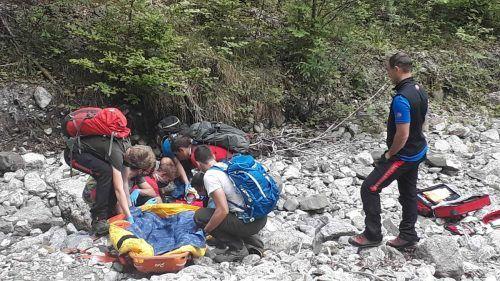 Der Schwerverletzte wurde von den Rettungskräften der Bergrettung zu einer nahe gelegenen Forststraße getragen. BERGRETTUNG BEZAU