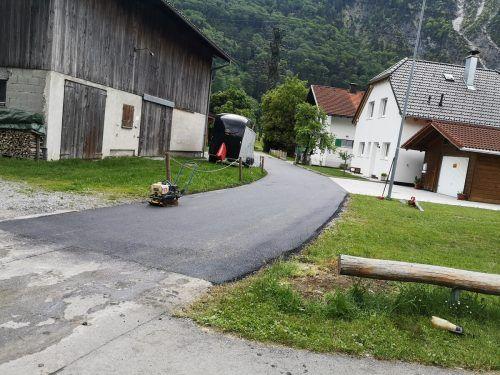 Der Straßenzug wurde mit einem neuen Deckbelag versehen und ist nun wieder längerfristig gut saniert. Gemeinde