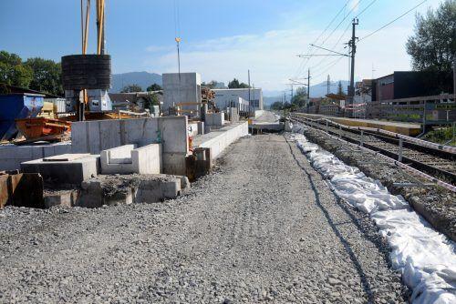 Der völlig neu aufgebaute Bahndamm zwischen Hard und Lustenau. Die Bahnunterführung ins Harder Erlach ist wieder befahrbar.ajk/3