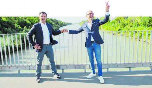 Der zukünftige ehemalige SPÖ-Chef Staudinger (links) und der ehemalige SPÖ-Chef Ritsch sind nun benachbarte Bürgermeister. Sie trafen sich schon auf einer Brücke über die Ach.
