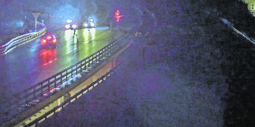 Die Anhaltung des Geisterfahrers wurde von einer über der Autobahn installierten Kamera festgehalten. polizei