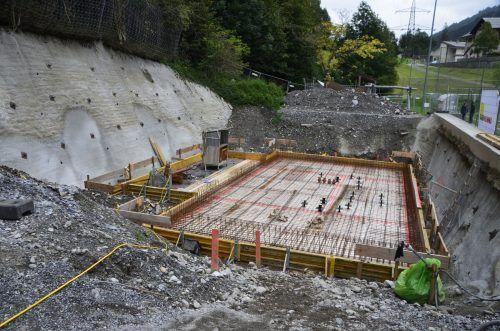 Die Baumeisterarbeiten beim Clubheim des FCK konnten nun gestartet werden. Teile der Bodenplatte wurde bereits betoniert.DOB