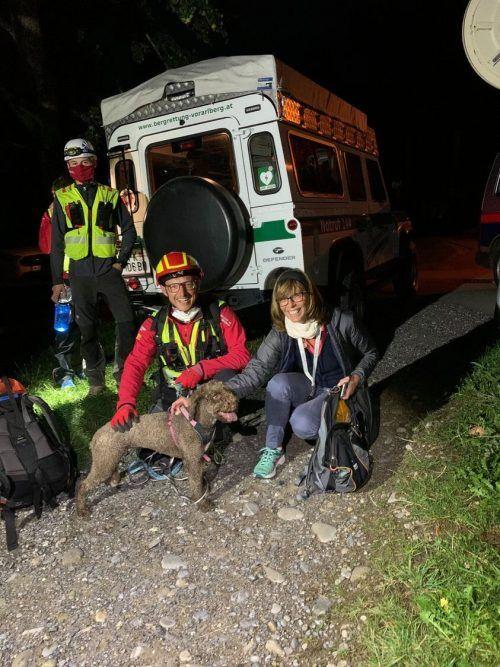 Die Bergrettung Bregenz durfte die Hündin nach erfolgreicher Suche ihrer sichtlich glücklichen Besitzerin übergeben. POLIZEI