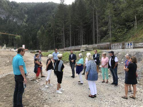 Die Bludenzer Senioren besichtigten dieser Tage die Baustelle rund um die neue Rodelbahn im Hinterplärsch. Sie zeigten sich vom Unterfangen begeistert. Inge Naier