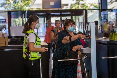 Die Desinfektionsspender wurden am Eröffnungstag fleißig genutzt.