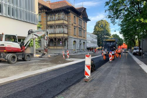 Die Bahnhofstraße wurde umgestaltet und wird in diesen Tagen fertiggestellt. Sie soll unter anderem mehr Sicherheit für Radfahrer bieten.Stadt