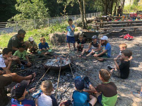Die familieplus-Gemeinde Langenegg lud im Rahmen des Sommerferienprogramms 2020 ein, das Gelände um den alten Bahnhof zu erkunden und Geschichten am Lagerfeuer zu hören.