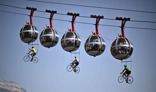 Die Fans der Tour de France lassen sich jedes Jahr wieder etwas Verrücktes einfallen. Diesmal ging es mit der Bastille-Gondelbahn in Grenoble in luftige Höhen.afp