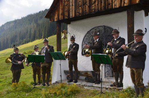 Die feierliche Feldmesse wurde von den Jagdhornbläsern der Bezirksgruppe Bludenz musikalisch umrahmt.DOB
