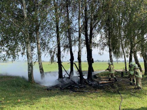 Die Feuerwehr Höchst beim Löschen der Baumhütte, die von Jugendlichen angezündet wurde. VLACH