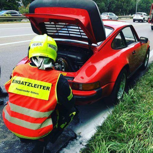Die Feuerwehr kontrollierte den Motorraum des Porsche. FEUERWEHR GÖTZIS