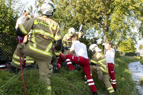 Die Feuerwehr Rankweil musste die Verletzte mittels Bolzenschneider vom Fahrrad befreien. D. Mathis