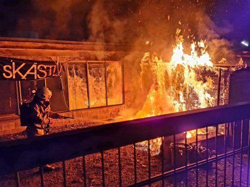 Die Flammen griffen auf eine Holzwand über, die Feuerwehr konnte noch rechtzeitig Schlimmeres verhindern. VLACH