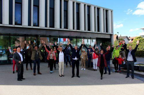 Die Grünen aus Lochau jubeln vor dem Gemeindeamt mit ihrem neuen Bürgermeister Frank Matt.