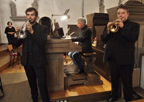 Die Interpreten, Organist Bruno Oberhammer mit den Trompetern Thomas Vötterl (l.) und Gabriel Maria Morre, mit der Komponistin Gerda Poppa. ju