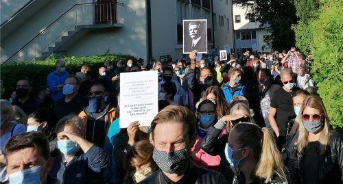 Die Mitarbeiter protestierten mit Plakaten gegen den Stellenabbau. APA