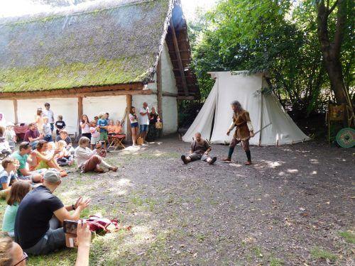 Die Mitglieder der Brauchtums- und Kulturgemeinschaft Vorarlberg hatten für ihre Besucher sogar Schaukämpfe einstudiert.Mäser