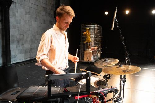 Die Musik ist ein integraler Bestandteil der Produktion.