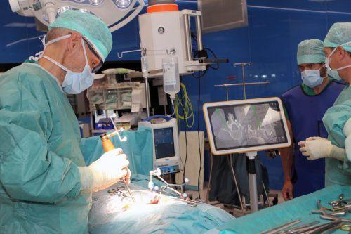 Die Operateure sind dank neuester Technik während des Eingriffs buchstäblich stets im Bilde.khbg