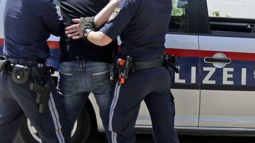 Der rumänische Verdächtige konnte noch in der Nähe des Tatortes durch die Polizei gestellt und festgenommen werden. Symbol/Polizei