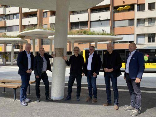 Die Projektbetreiber, Stadtrat Thomas Spalt sowie Alt-Bürgermeister Wilfried Berchtold und Bürgermeister Wolfgang Matt bei der Inbetriebnahme. FB Future Bauart