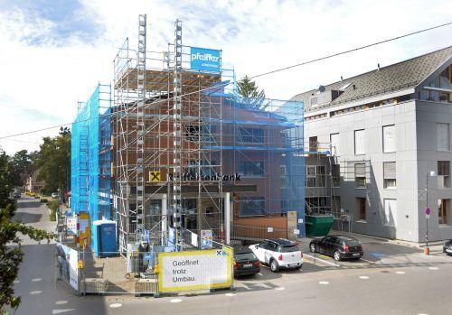 Die Raiffeisenbank im Zentrum von Hard wird derzeit aufgestockt und umgestaltet. ajk