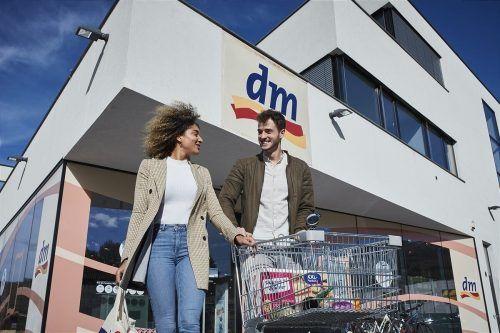 dm will seine Kunden zum Umstieg auf Strom aus 100 Prozent erneuerbaren Energiequellen motivieren.