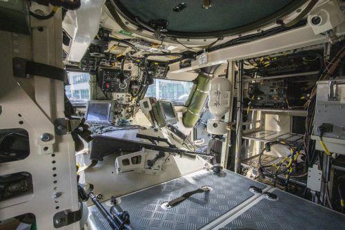 Ein Blick in den Vorderwagen, in dem der Fahrer, der Kommandant und der Bordschütze Platz finden.