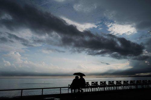 Ein Pärchen genießt den Ausblick an der Promenade des Anglais in Nizza im Südosten Frankreichs. AFP
