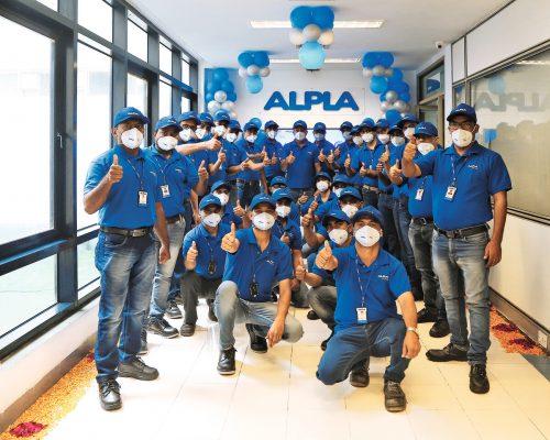 Ein Teil der neuen Mitarbeiter trägt bereits das blaue Alpla-Outfit. Fa/Mahadik