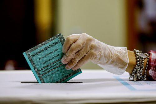 Eine Frau gibt in der Hauptstadt Rom beim Referendum ihre Stimme ab. AP