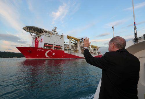 """Erdogan winkt dem Bohrschiff """"Fatih"""" zu. Nach dem Konflikt im Sommer mit Athen geht es jetzt an den Verhandlungstisch. reuters"""