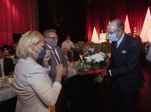 Eugen A. Russ überreicht der Ehefrau von Preisträger Augustin Jagg, Gabrielle, einen Blumenstrauß.