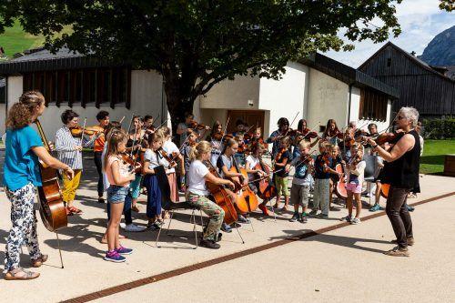 Evelyn Fink-Mennel mit den Teilnehmern der Sommerfiddleschoolim Alter zwischen sechs und 67 Jahren.ronja Svaneborg