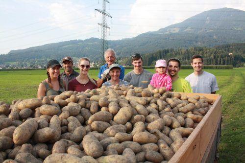 Familie Erhart und ihre Helfer freuen sich über die Ernte. Mae (3)