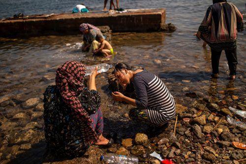 Familien waschen sich am Strand nahe Mytilene. AFP