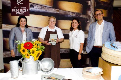 GF Nicole Wolf-Vöhl mit Projektteam Caroline Jäger und Reinhard A. Lechner (KäseStrasse Bregenzerwald), Verleger Hubert Krenn.