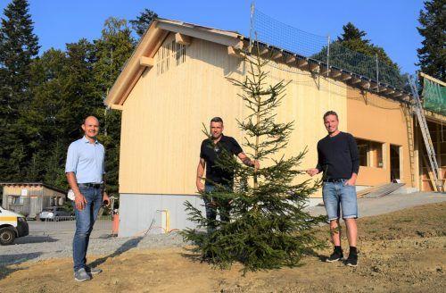 Firstbaumübergabe: Christian Meusburger, Hannes Waldner und Thomas Hammerer. me/3