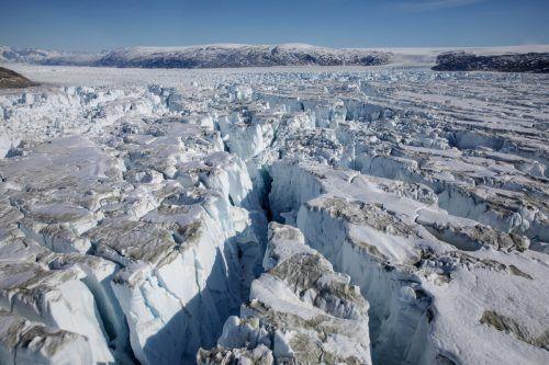 Folgen der rasanten Klimaveränderung in Grönland: In die Spalten des Schelfeises dringt das Schmelzwasser ein, vertieft die Risse und Höhlen und das Eis kann abbrechen.Reuters