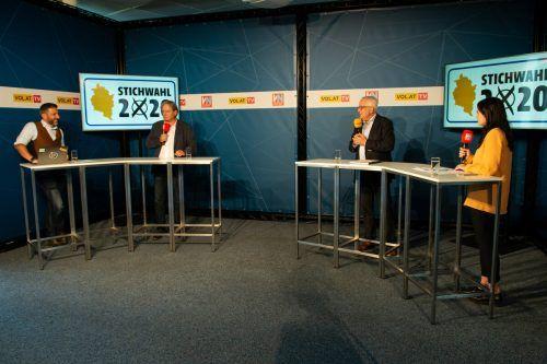 Frank Matt (2.v.l) versus Michael Simma: Magdalena Raos (VN.at) und Pascal Pletsch (VOL.at) führten durch die Diskussion zwischen den Lochauer Stichwahlkandidaten. VN/Serra