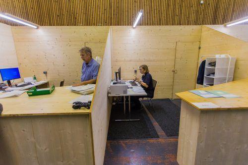 Funktionalität zeichnet die Einrichtung in der auf die Schnelle zum Großraumbüro umfunktionierten Messehalle 14 aus. vn/steurer