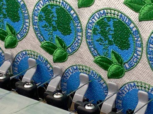 """Gestickt wurde die weltweit erste gestickte Recycling-Marke """"Globus"""" von Hämmerle & Vogel in Lustenau. Philatelie Liechtenstein"""