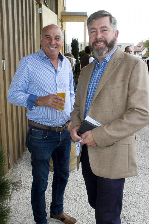 Gilbert Wohlwend (Elsenalpstube) und Whiskykenner Arthur Nägele.