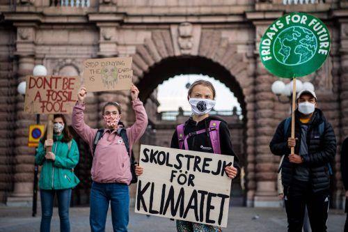 Greta Thunberg hat sich am globalen Klimaprotesttag mit weiteren Mitstreitern vor dem Parlament in Stockholm versammelt.AFP
