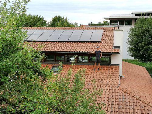 Hausmeisterei-Chef Wolfgang Greif mit der Photovoltaikanlage auf dem Kinderdorf Kronhalde in Bregenz.