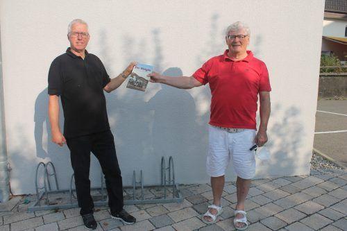 """Historiker und Herausgeber Otto Schwald und Co-Autor Josef Concin mit dem historischen Buchband """"Der Walgau in alten Fotografien"""".SES"""