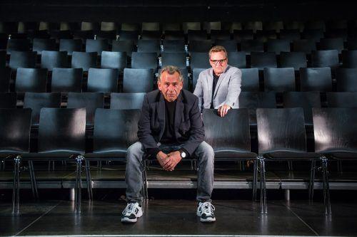 Hubert Dragaschnig und Augustin Jagg im Theater Kosmos, in dem die Besucher nun eine großzügige, auf Abstand bedachte Bestuhlung vorfinden werden.