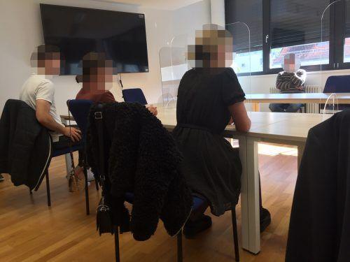 Im Kreuzverhör: Die drei BeschwerdeführerInnen am Landesverwaltungsgericht Bregenz gegenüber jenem Polizisten, der die Schüsse abgegeben hatte. VN/GS
